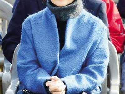 李英爱图片 43岁李英爱穿蓝色大衣亮相